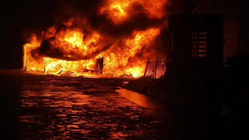 大肚區一家塑膠加工廠凌晨1點40分傳出大火,火勢迅速延燒。(記者何宗翰翻攝)