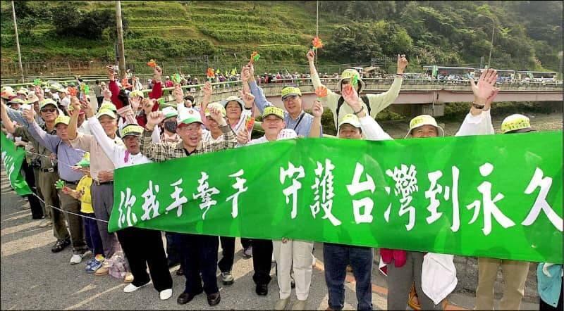 2004年的「228」,台灣人也以手牽手宣示守護家園的意志。(擷自異黃偉哲臉書)