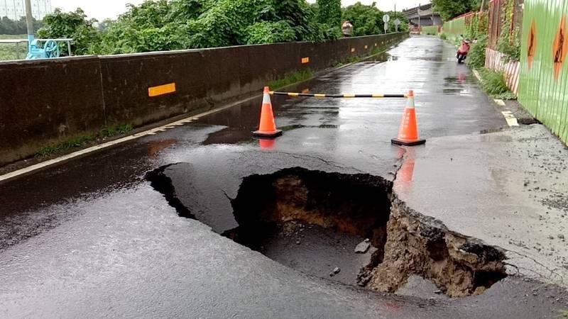 [新聞] 一陣強降雨 台南安南區道路出現深1公尺大