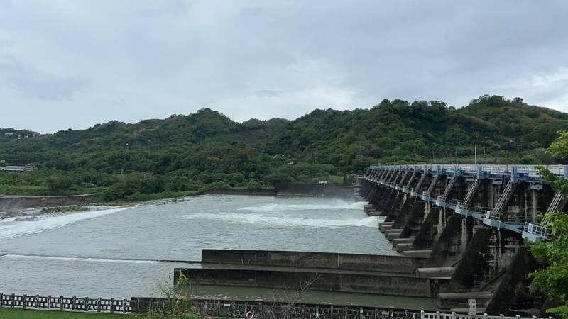 為排除梅雨帶來的濁水,石岡壩今天仍調節放水。(記者歐素美翻攝)