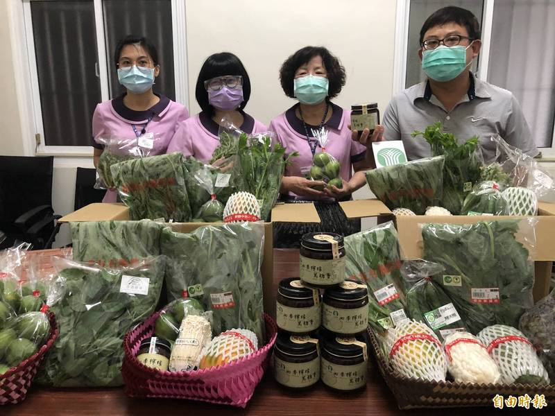 屏東縣九如鄉農會推出的蔬菜防疫箱十分受歡迎。(記者羅欣貞攝)
