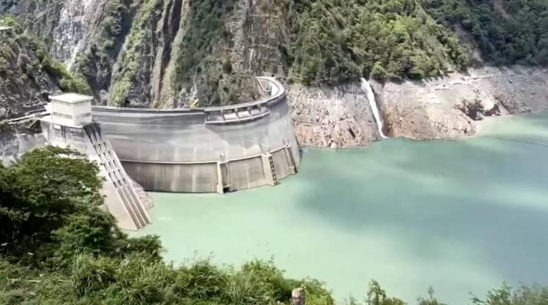 台中的德基水庫容量排名全台第四大,目前蓄水率仍偏低,致大台中水情吃緊,仍維持在減量供水的橙燈。(記者歐素美翻攝)
