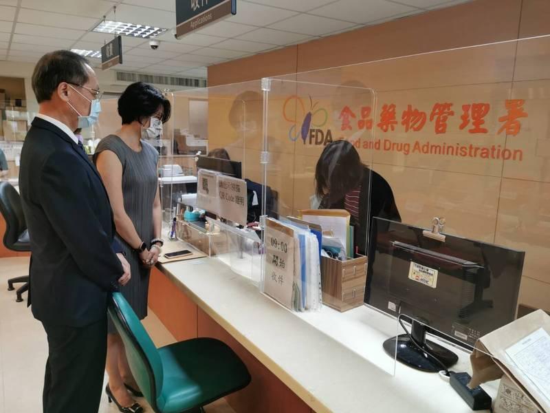 慈濟基金會預計購買疫苗,今天由執行長顏博文(左)正式前往食藥署送件。(慈濟基金會提供)