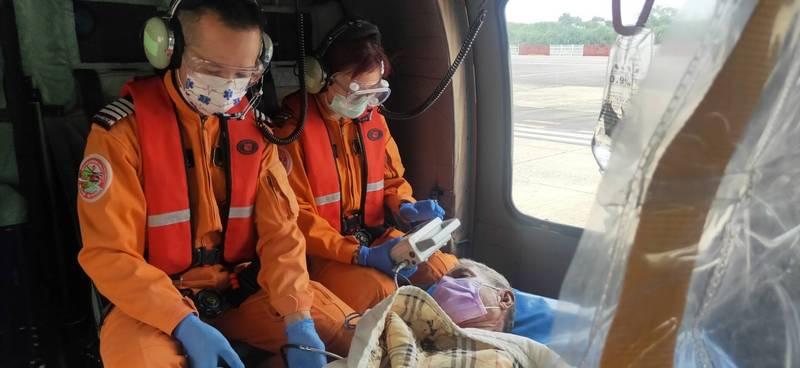 隨機空勤人員隨時注意蘇翁病況。(圖由空勤隊提供)