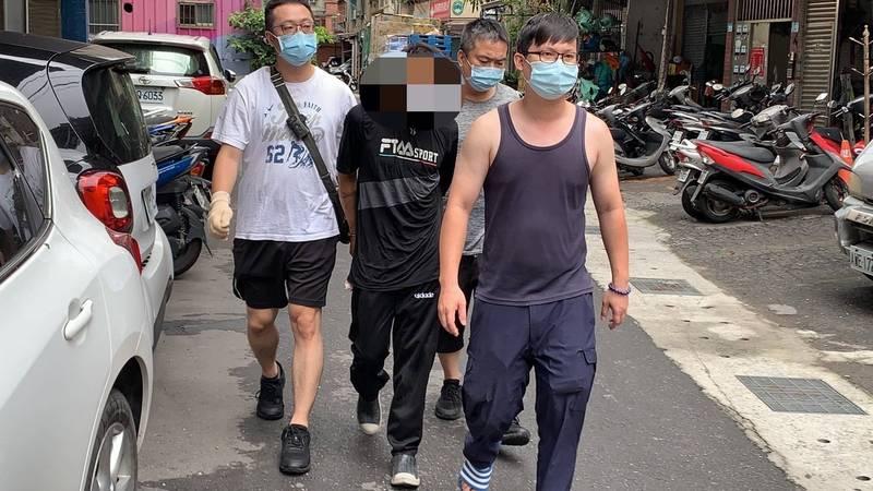 新莊警分局連續逮獲3名搶匪,全逮回牢籠中吃牢飯;圖為搶匪逃逸。(記者吳仁捷翻攝)