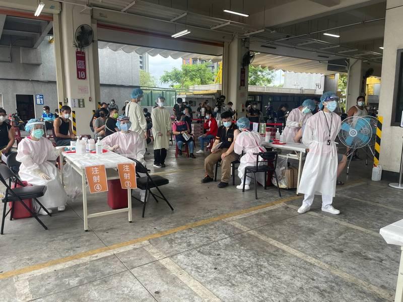 亞東醫院團隊進到板橋果菜市場,規劃四線為相關人員施打疫苗。(亞東醫院提供)