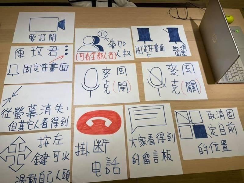 嘉義縣樂齡學習示範中心畫了一張又一張一目瞭然的大圖,讓樂齡學員可以按圖操作。(教育部提供)
