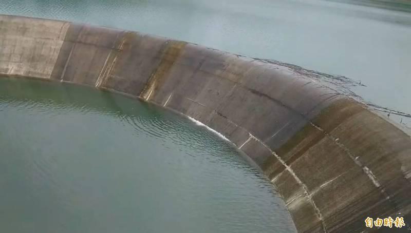 湖山水庫恢復滿水位,今天下午3點滿庫溢流。(記者詹士弘攝)
