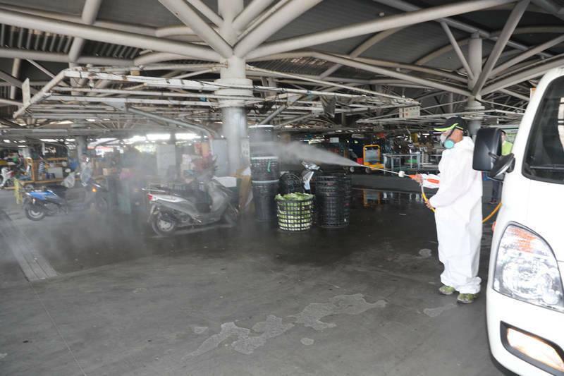圖為宜蘭市公所6月中旬替宜蘭縣果菜批發市場消毒。(宜蘭市公所提供)