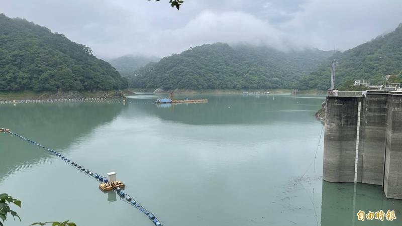 石門水庫大壩水升至233公尺,距離滿水位僅12公尺。(記者李容萍攝)