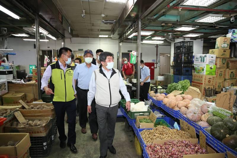 陳時中視察北農第二果菜批發市場(濱江市場)。(指揮中心提供)