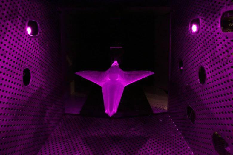 阿諾德工程開發中心日前讓一台「無尾翼飛機( Tailless Aircraft)」模型受測,盼能找出其在飛機偏航與滾轉控制的穩定性及效力。(圖翻攝自美軍阿諾德空軍基地官網)