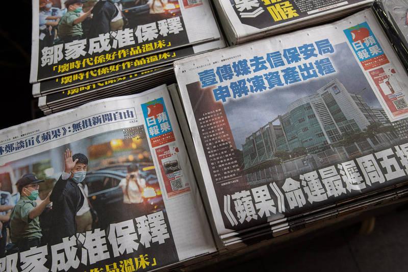 港警對《蘋果》行動還沒結束,今晨1名55歲中國籍男子被捕,疑似為《蘋果》主筆。(歐新社)
