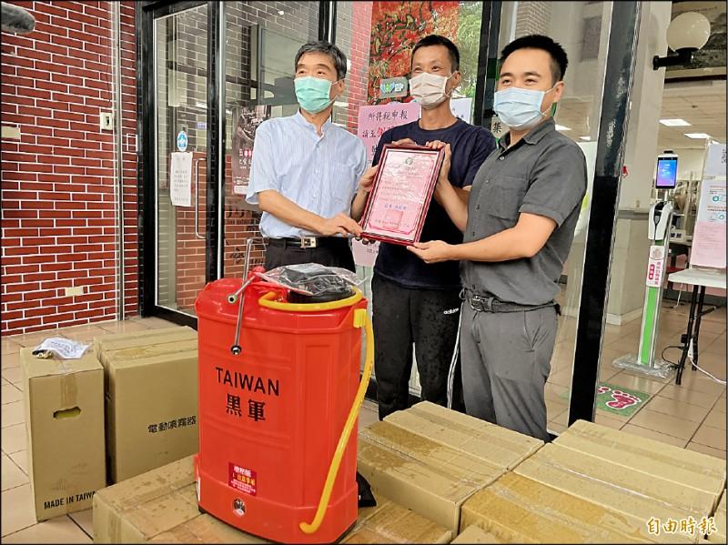 集集鎮農會總幹事李崇慶(左),媒合林姓鎮民(中)捐贈20台噴霧消毒機給鎮公所,由鎮長陳紀衡(右)代表接受。(記者劉濱銓攝)