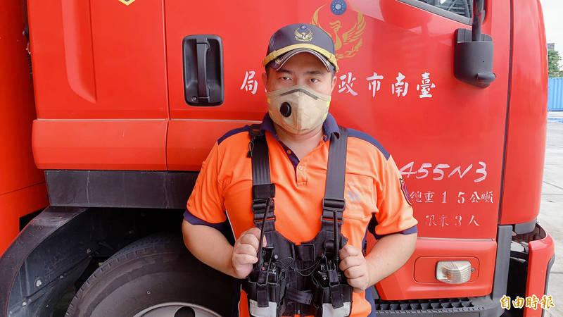 南市消防局第五救災救護大隊獲贈一批消防人員救災專用口罩,讓打火弟兄在火場可減少濃煙及病毒的侵害。 (記者萬于甄攝)