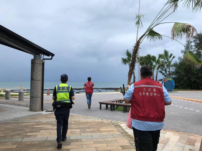 新北警淡水分局到轄區海岸線、觀光區宣導民眾、勸導避免出遊、群聚,避免釀成疫情破口。(記者吳仁捷翻攝)