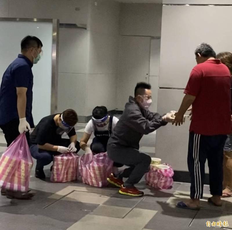 「天行者慈善協會」送餐行動。(記者俞肇福攝)