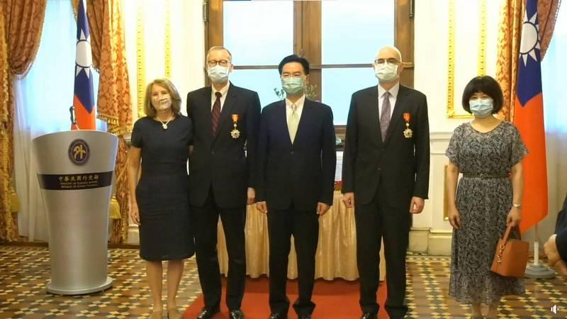 外交部長吳釗燮今下午在台北賓館分別頒贈AIT處長酈英傑「特種外交獎章」和副處長谷立言「睦誼外交獎章」。(翻攝自外交部直播)