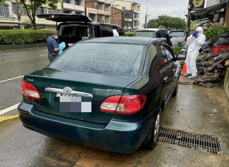 林男暴斃車內,當地民眾緊張是否與染疫有關,警員全套防護裝備勘驗。 (記者湯世名翻攝)