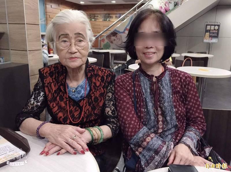 因疫情蔓延,阮婦千里返台探望住在護理之家的老母親,但苦等2個月仍無親見老媽媽,傷心欲絕。此為2年前母女合照。(阮婦提供)