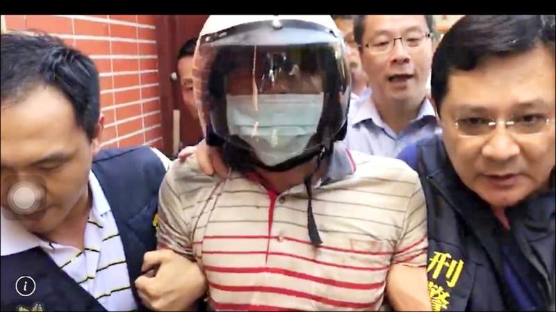 前年七月持刀刺死鐵路殺警的凶手鄭姓男子(中)判17年刑定讞。(資料照)