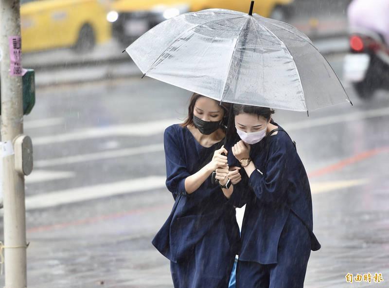 今明兩天梅雨滯留鋒面在台灣附近徘徊,為各地帶來大量降雨及劇烈天氣。(資料照)
