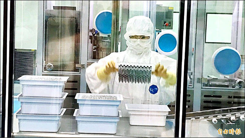 An employee works in a Medigen Vaccine Biologics Corp laboratory at the Hsinchu Biomedical Science Park on June 9 last year. Photo: Huang Mei-chu, Taipei Times