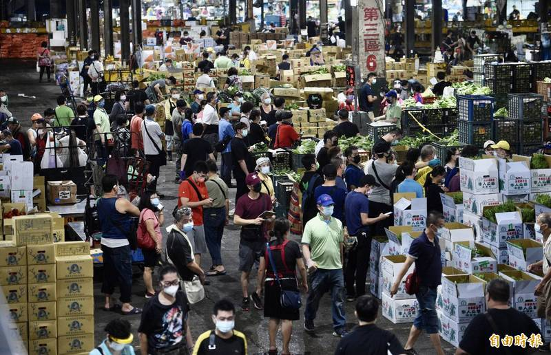 台北農產運銷公司群聚事件,台北市政府要求全面施打疫苗圍堵,卻傳出施打名冊內有非符合身分對象,副市長黃珊珊表示,造冊的4大公司須對名單負起責任。(記者羅沛德攝)