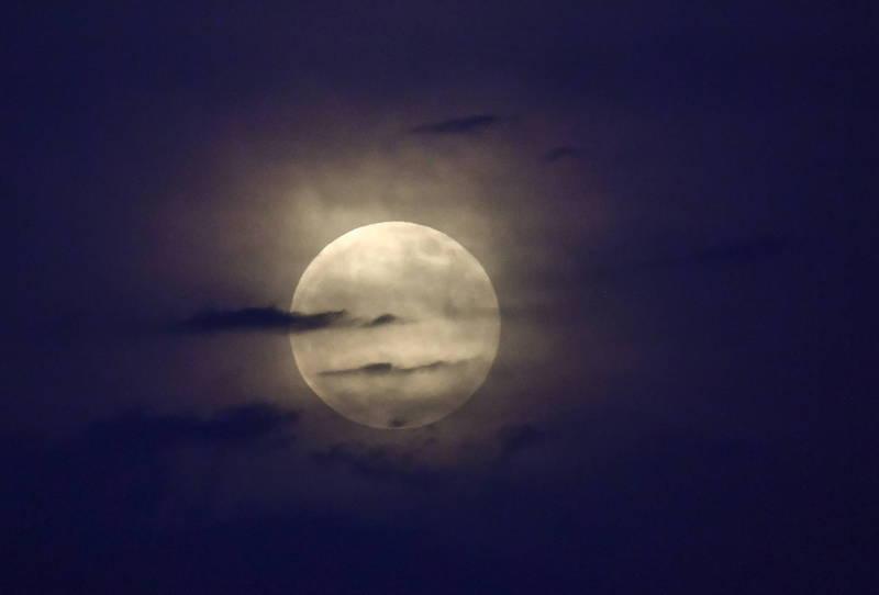 美國月球與行星研究所(LPI)指出,今(24日)夜空將高掛2021年最後一次超級月亮,又稱為「草莓月」(Strawberry moon)。(歐新社檔案照)