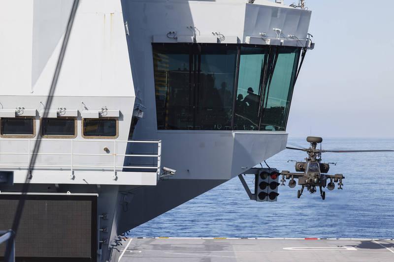 英國陸軍3架AH-64E「阿帕契」攻擊直升機完成了為期兩週的密集、高強度的適應訓練,總共起降161次。(翻攝自英國皇家海軍推特)
