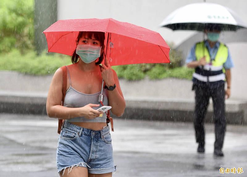 氣象局表示,今天各地降雨轉為短暫或較局部,西半部及東北部地區有短暫陣雨或雷雨。(資料照)