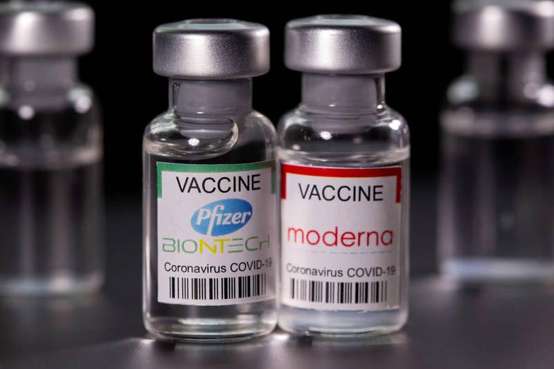 美國食品藥物管理局(FDA)表示,將在輝瑞/BNT(Pfizer/BioNTech)和莫德納(Moderna)疫苗情況說明書中,增加有關青少年及年輕成人出現罕見心臟炎症的警告。(路透資料照)