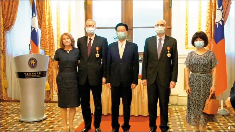 外交部長吳釗燮昨在台北賓館分別頒贈AIT處長酈英傑「特種外交獎章」和副處長谷立言「睦誼外交獎章」。(翻攝自外交部直播)