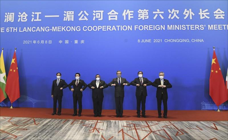 中国外交部长王毅与越南、寮国、缅甸、柬埔寨、泰国等东南亚国家的外长,本月六日在重庆市举行澜沧江—湄公河第六次外长会议。(美联社)(photo:LTN)