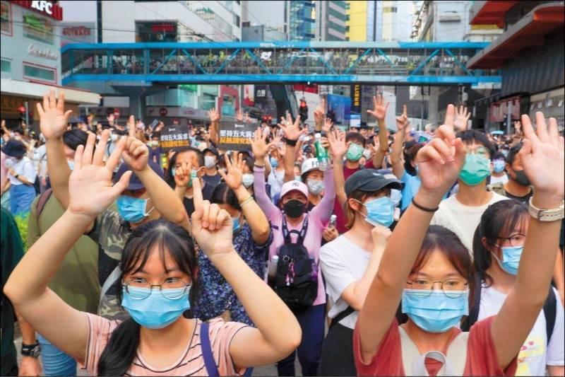 自2003年起每年都申請舉辦七一大遊行的香港「民間人權陣線」,將不申辦今年的七一遊行。圖為港人在2020年7月1日當天上街抗議港版國安法。(美聯社檔案照)
