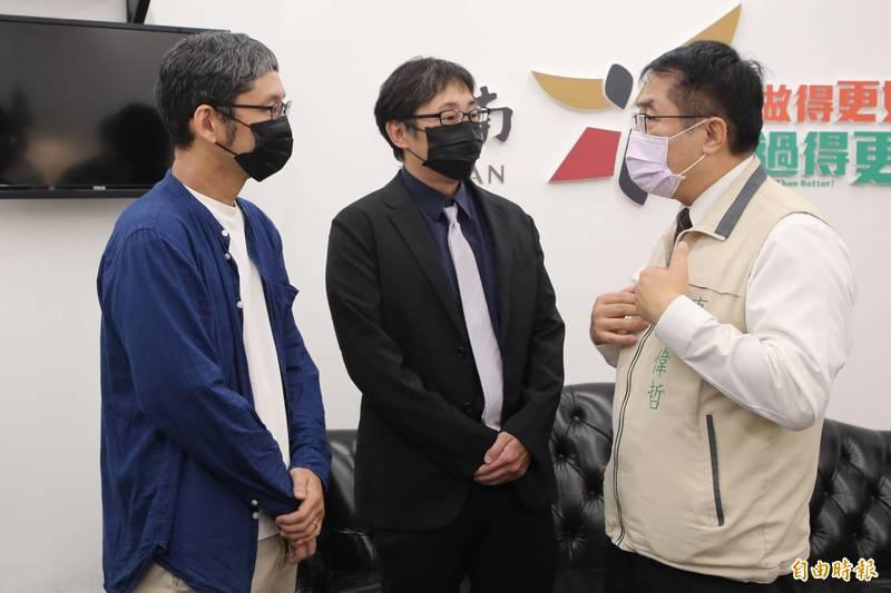 台南市長黃偉哲(右)關注台南外僑權益,感謝中央納取地方建言。圖為台南市日本人協會理事長野崎孝男(中)23日拜會市長表達心聲。(台南市府提供)