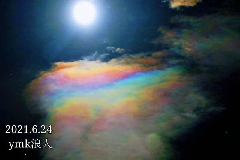 嘉義縣竹崎生態達人王三華,昨晚捕捉到夜間彩虹雲,場景瑰麗奇幻。(王三華提供)