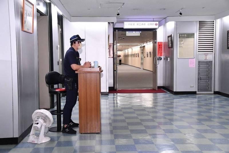 陳怡君接獲市府內部員工爆料,指市府負責市長安全駐衛警確診,目前已居家隔離。圖為市長室外的安全駐警,照片中非當事人。(北市府提供)