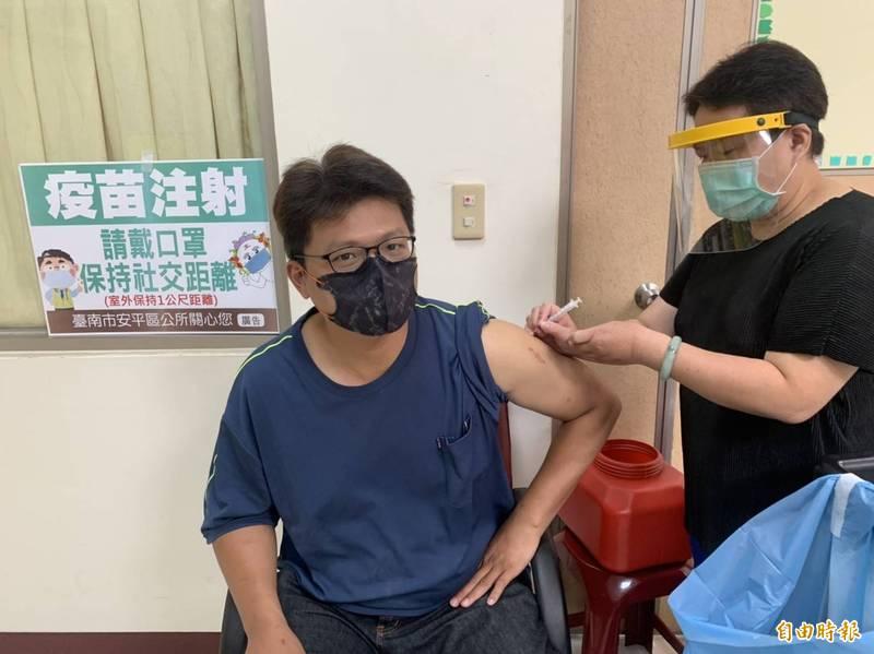 安平區今天有165位鄰長於安平衛生所接種疫苗,完成近六成接種率。 (記者王姝琇攝)