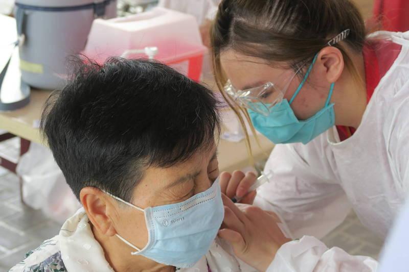 衛生局開放讓彰化縣合約150多家醫療院所受理民眾申請打疫苗殘劑。(彰化醫院提供)