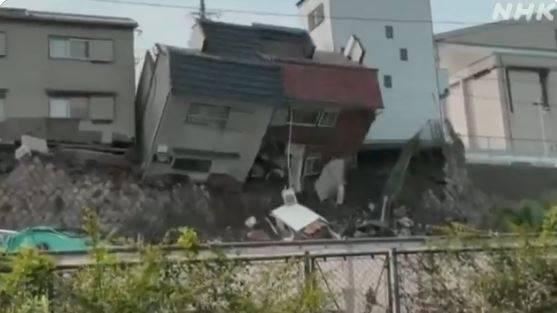 日本大坂今(25日)1栋2层楼住宅90度往边坡倒下,建筑物主体当场灰飞烟灭、支离破碎。(图取自NHK)(photo:LTN)