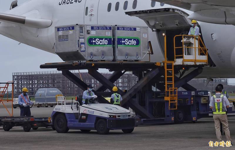 日本政府今宣布,將追加援贈台灣100萬劑AZ疫苗。圖為本月4日日本航空班機載運124萬劑AZ疫苗來台。(資料照)