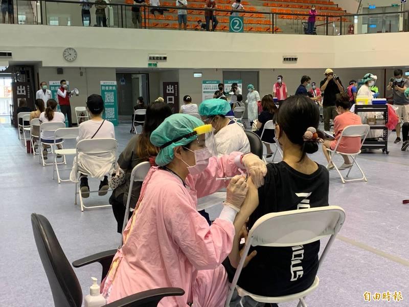 中央疫情指揮中心6/25宣布開放殘劑開打,年滿18歲的國民可向地方政府洽詢接種方法。(資料照)