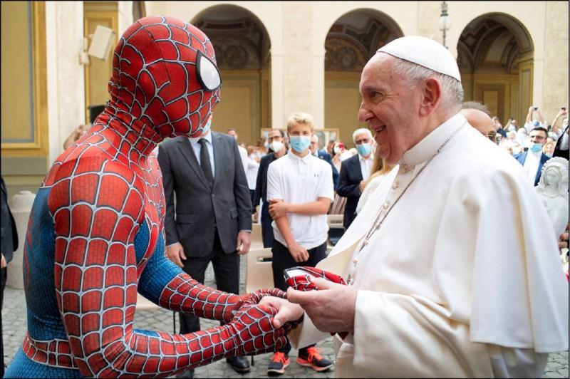 義大利「蜘蛛人」馬蒂亞.維拉迪塔,23日和羅馬天主教宗方濟各相見歡。(法新社)
