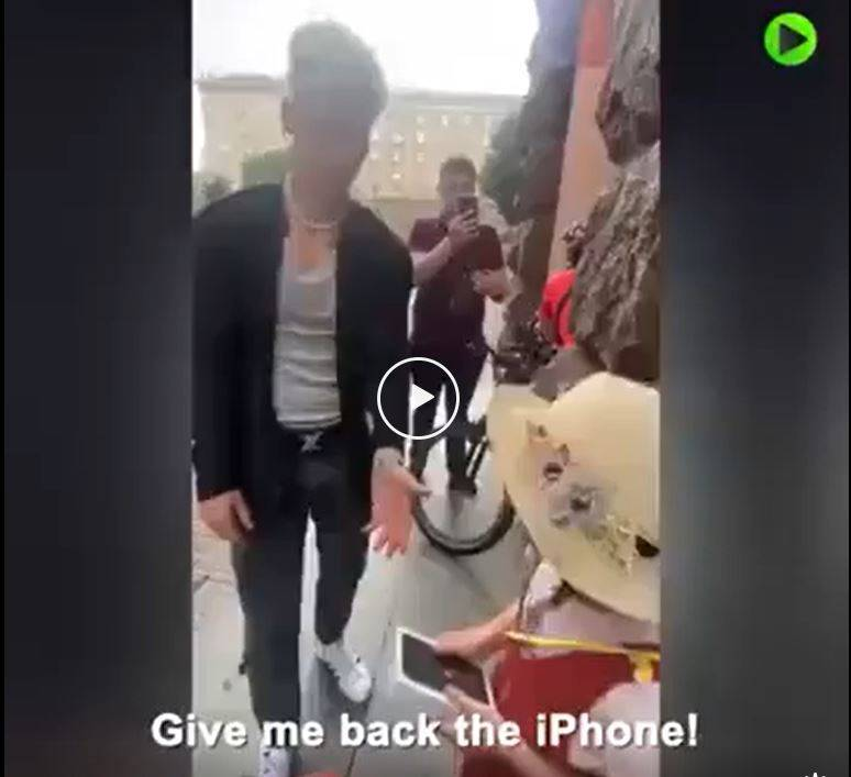 烏克蘭抖音網紅佛洛辛(Alexander Voloshin)送小妹妹手機,拍攝完後又秒要回,引發網友撻伐。(翻攝自Reddit)