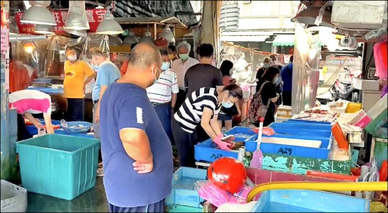 南方澳南寧魚市場湧入購買漁獲人潮,縣府將控管場內人數,最多七十人。(記者蔡昀容翻攝)