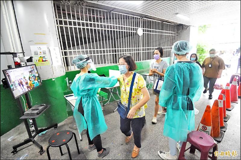 台北市第二果菜市場蔬菜零批場26日實施管制人流及體溫監控及消毒。(記者方賓照攝)