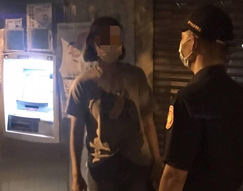 和平分局雙崎派出所警員林懋軒成功阻詐,避免張女被騙。(記者歐素美翻攝) 機車 融資 借款 日 友 當舖