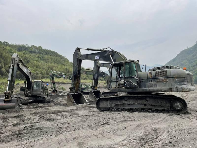 國軍很給力!石門水庫上游接力清淤20萬立方公尺完成任務。(記者李容萍翻攝)
