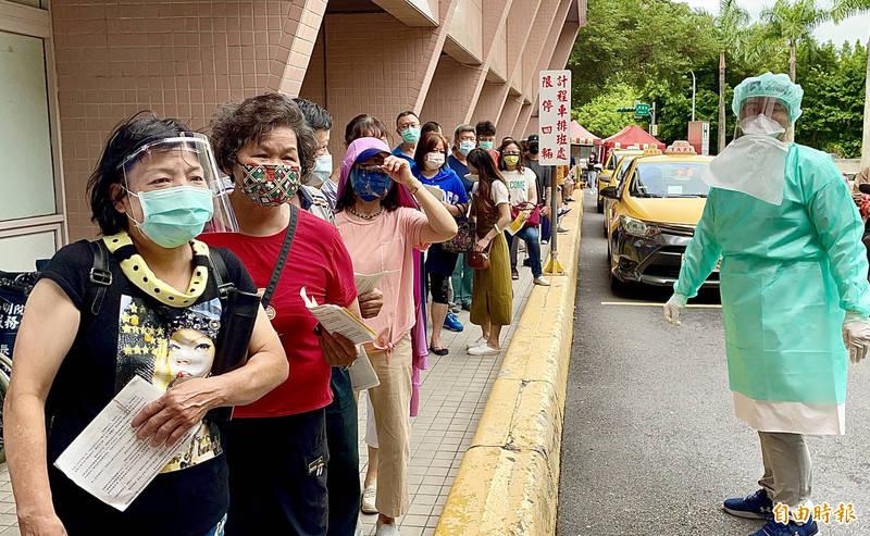 環南市場攤商與工作人員28日前往市立聯合醫院陽明院區施打疫苗。(記者朱沛雄攝)